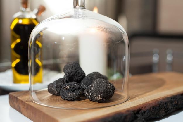 Cozinhar trufas negras em um restaurante