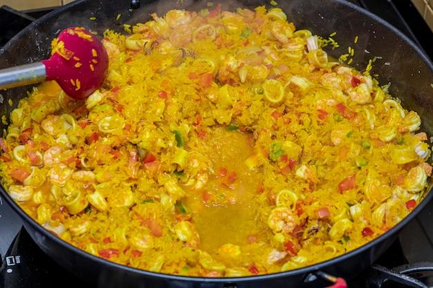 Cozinhar uma paella de comida tradicional espanhola valencia.