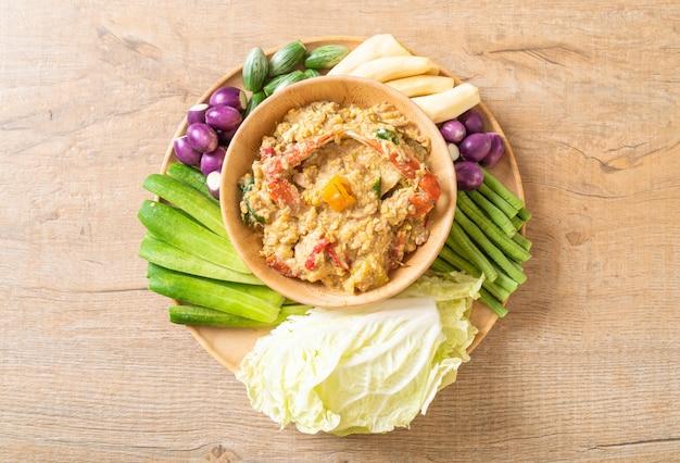 Cozinhe a pasta de pimentão com molho de caranguejo e soja com leite de coco e legumes