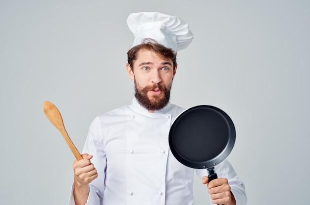 Cozinhe com utensílios de cozinha frigideira restaurante cozinha