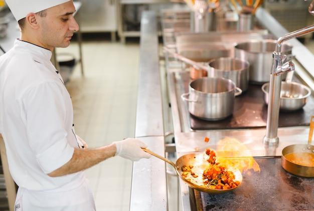 Cozinhe cozinheiros em um restaurante.