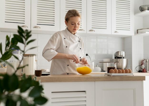 Cozinhe em dose média mexendo os ovos