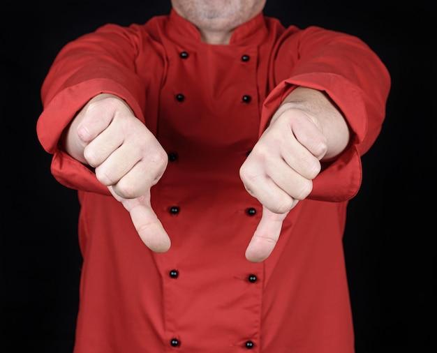 Cozinhe em uniforme vermelho mostra gesto antipatia com as mãos