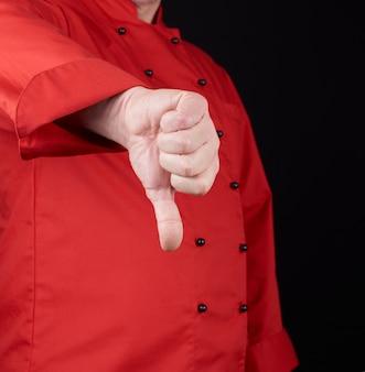 Cozinhe em uniforme vermelho mostra gesto antipatia