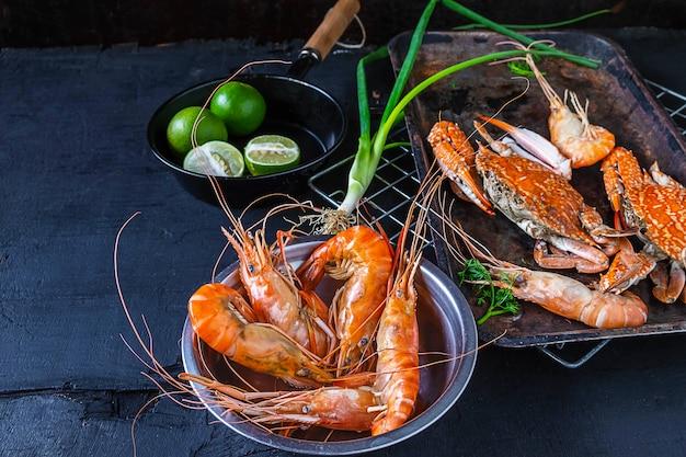 Cozinhe frutos do mar com camarão e caranguejo em cima da mesa.