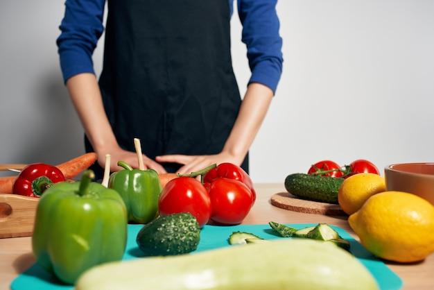 Cozinhe na cozinha cortando dieta de vegetais