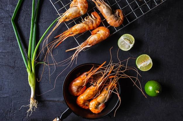 Cozinhe o camarão de frutos do mar em uma panela.