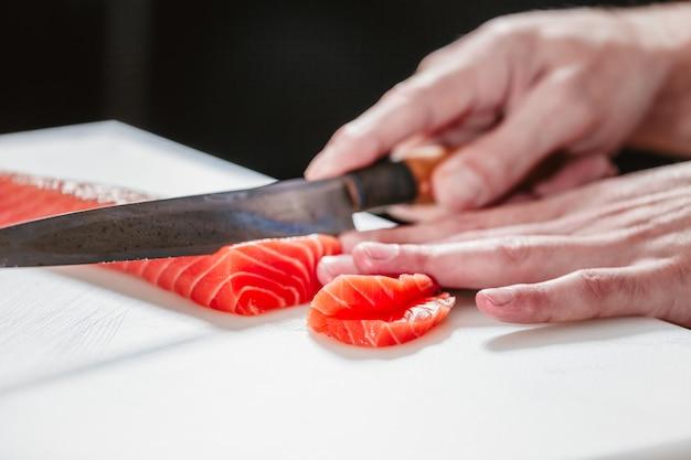 Cozinhe o corte de salmão. conceito de comida e bebida