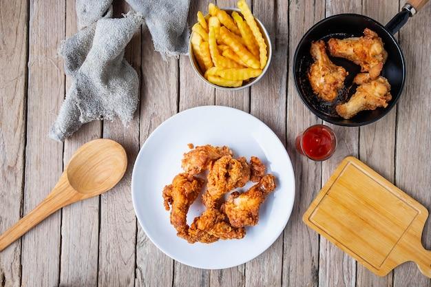 Cozinhe o frango frito na tabela na cozinha.