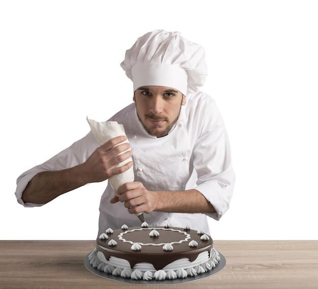 Cozinheira de pastelaria a preparar bolo