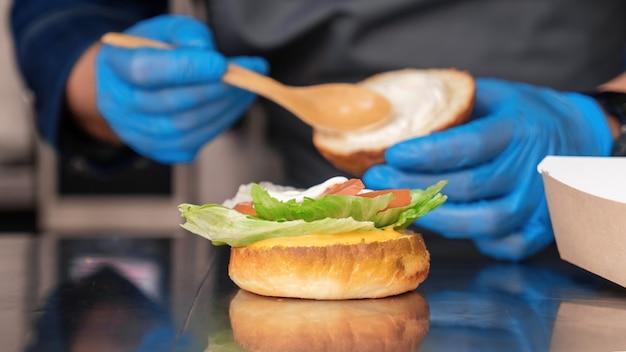 Cozinheira fazendo hambúrguer em um food truck