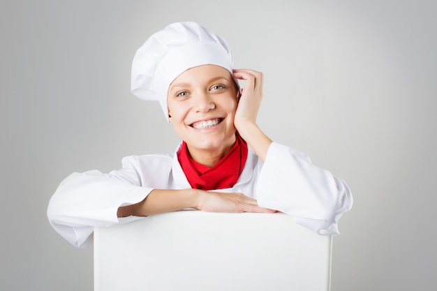 Cozinheira feminina com um sinal de papel