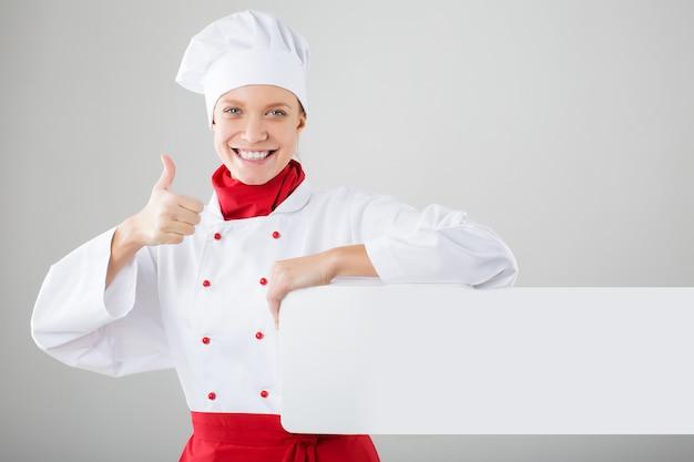 Cozinheira feminina mostrando sinal ok
