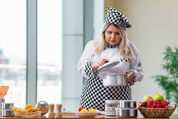 Cozinheira feminina preparando sopa na cozinha bem iluminada