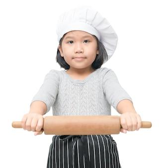 Cozinheiro chefe asiático bonito da menina que mantém o pino do rolo isolado no fundo branco, imagem quadrada. (1x1).