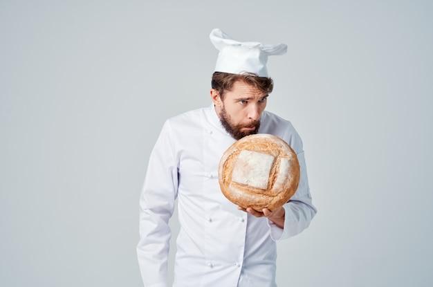 Cozinheiro chefe barbudo cozinhando fundo isolado de padaria