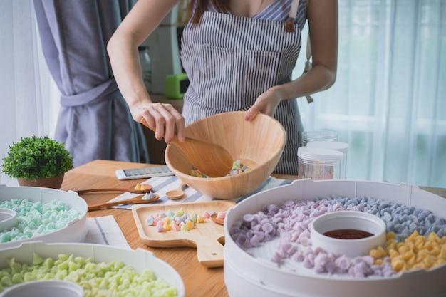 Cozinheiro chefe da mulher que prepara doces doces tailandeses.