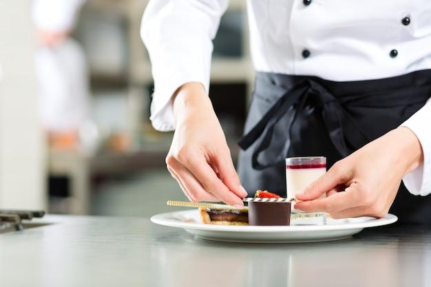 Cozinheiro, chefe de pastelaria, na cozinha do hotel ou restaurante