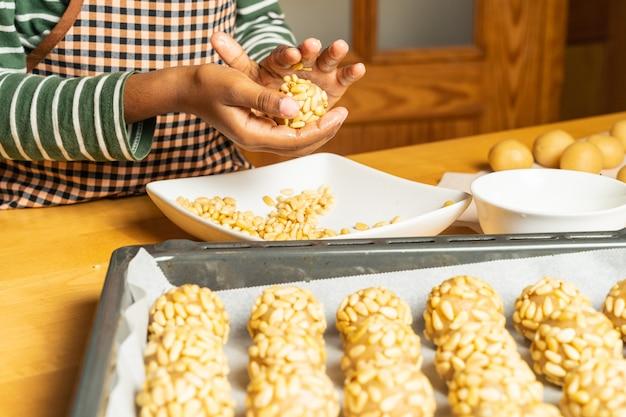 Cozinheiro chefe de pastelaria novo que faz a sobremesa típica das pastelarias de catalonia, espanha