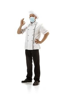 Cozinheiro chefe padeiro de uniforme isolado em fundo branco gourmet