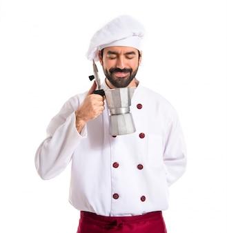 Cozinheiro chefe segurando pote de café