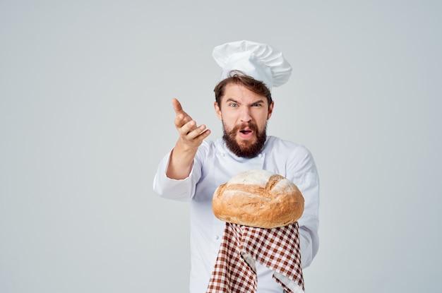 Cozinheiro com pão na mão luz de fundo