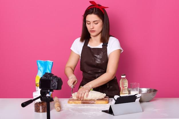 Cozinheiro criativo de trabalho duro usando bandana vermelha