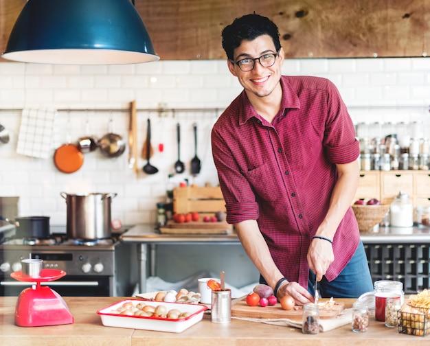 Cozinheiro de chef de homem bonito cozinhar conceito