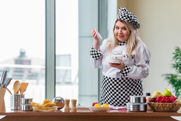 Cozinheiro de mulher trabalhando na cozinha brilhante
