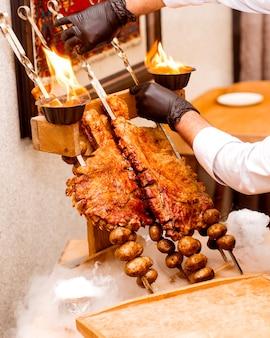 Cozinheiro mantém costelas e batatas fritas