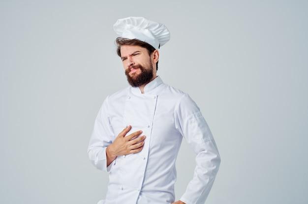 Cozinheiro masculino cozinha trabalho gestos com as mãos fundo isolado