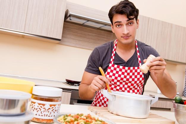 Cozinheiro masculino do homem que prepara comida na cozinha