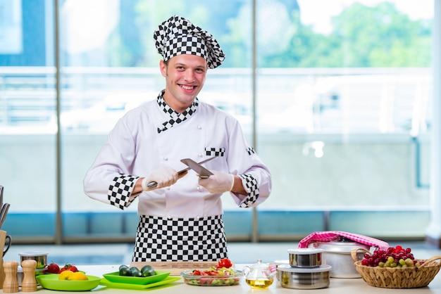 Cozinheiro masculino preparando comida na cozinha
