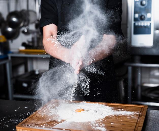 Cozinheiro, palmas mãos, com, farinha
