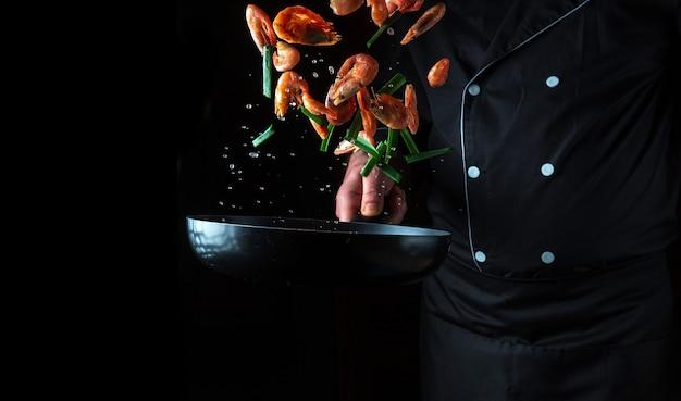 Cozinheiro prepara camarão com ervas cozinhar frutos do mar comida e comida vegetariana saudável