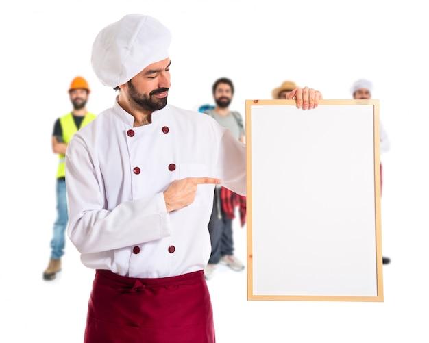 Cozinheiro que prende cartaz vazio