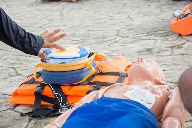 Cpr e aed treinando criança caso de afogamento fictício