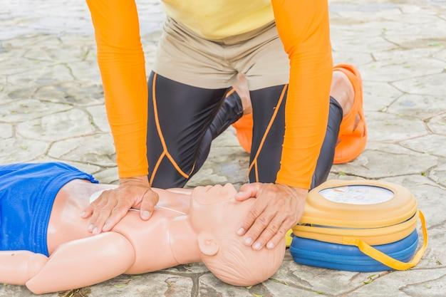 Cpr e aed treinando vítima criança afogando