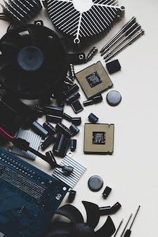 Cpu de hardware de computador e laptop no fundo branco com espaço de cópia plana lay vista superior das peças do pc