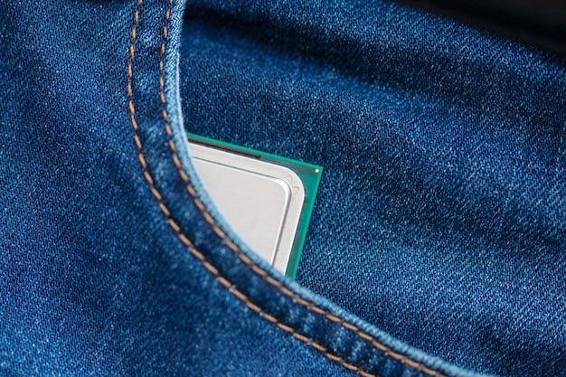 Cpu desktop no bolso de calças de ganga. conceito de tecnologia portátil moderna.