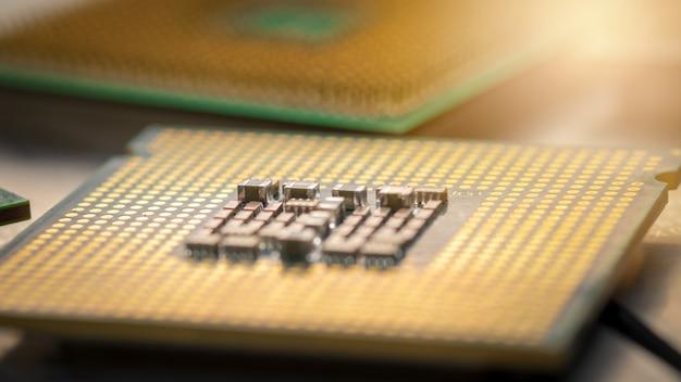 Cpu do computador ouro. conceitos de tecnologia moderna.