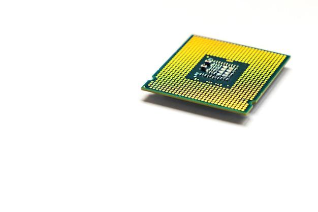 Cpu - microchip da unidade central de processamento isolado no fundo branco com espaço de cópia
