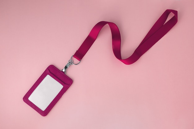 Crachá e cordão de couro rosa