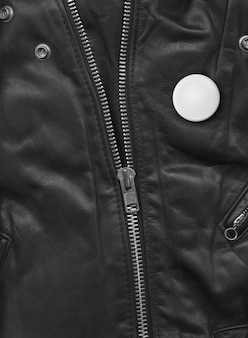Crachá em uma visão de close-up de jaqueta de couro preta. fundo de textura