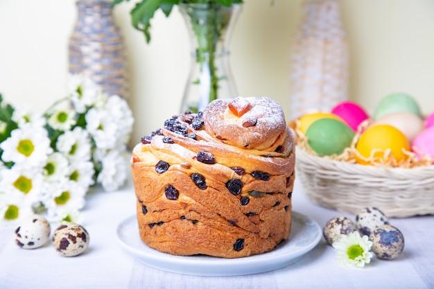 Craffin com passas e frutas cristalizadas. pão de páscoa kulich e ovos pintados. feriado da páscoa. fechar-se.