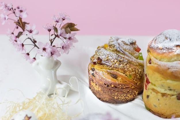 Craffin de cozimento em uma mesa branca contra um pano de fundo de flores de cerejeira. vista lateral
