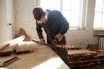 Craftsman trabalhando em um novo projeto na oficina