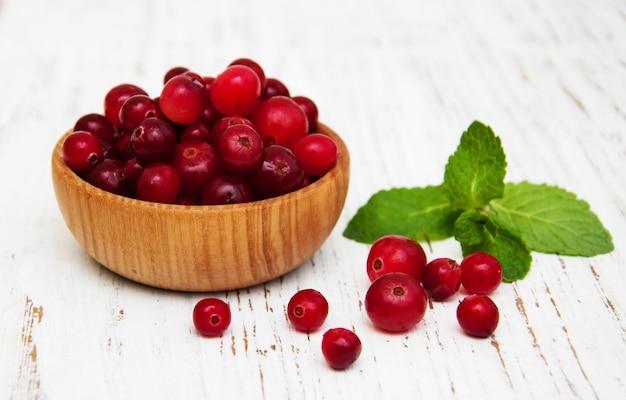 Cranberries em tigela de madeira