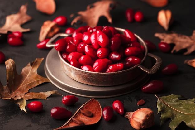 Cranberries em uma placa de metal