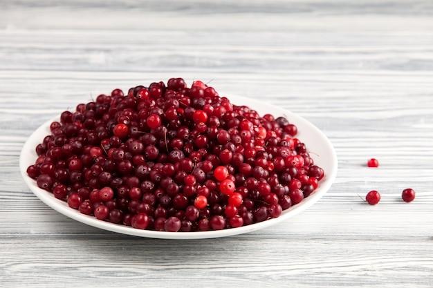 Cranberries maduros na chapa branca.